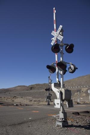 rail road crossing signal with blue skies in the desert. 版權商用圖片 - 18144384
