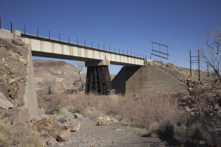 An old train bridge crossing teh truckee river in western nevada 版權商用圖片 - 18144391