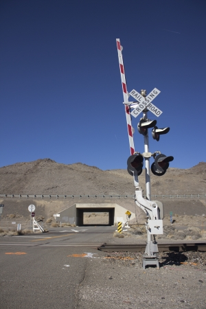 rail road crossing signal with blue skies in the desert. 版權商用圖片 - 18144392