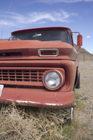 an old rusty pickup truck in the desert. Blue skies and tumbleweeds. 版權商用圖片 - 18978142