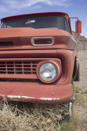 an old rusty pickup truck in the desert. Blue skies and tumbleweeds. 版權商用圖片 - 18978141