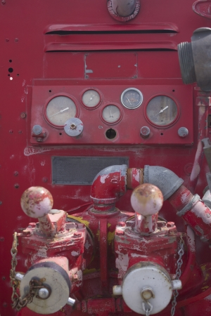 controls on the side of a fire engine with gauges 版權商用圖片 - 18978139