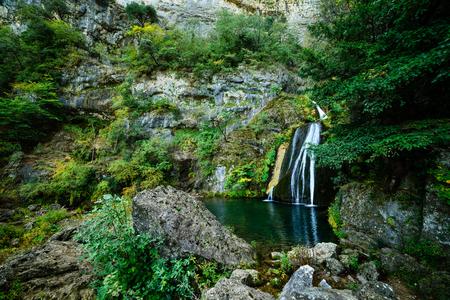 문도 강은 정말 멋진 입구를 만듭니다. Cueva de los Chorros에서 천연 콘센트를 발견 할 때까지 갤러리와 칼레 델 문도 (Calar del Mundo)의 내부 동굴을 지나면  스톡 콘텐츠