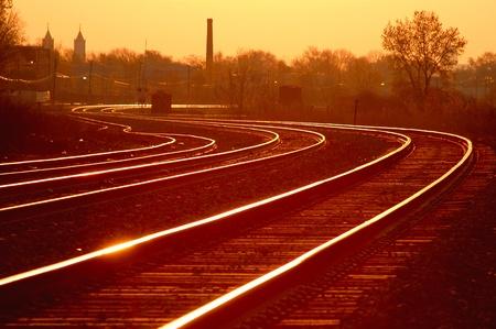 ferrocarril: Salida del sol en la curva de Detroit V�a de tren Editorial