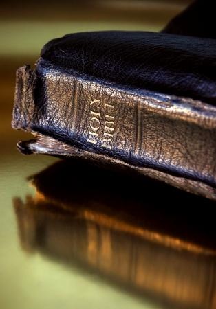 holiday prayer book: Desgastado y bien usado Biblia por un mont�n de lectura