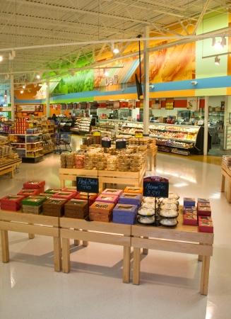 tiendas de comida: Bastidores de comestibles de pantalla Editorial