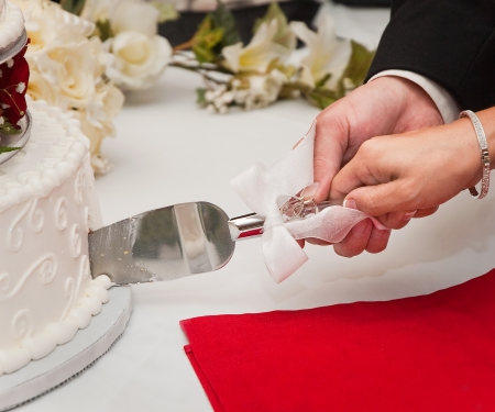 wedding cake: Cutting the Wedding Cake