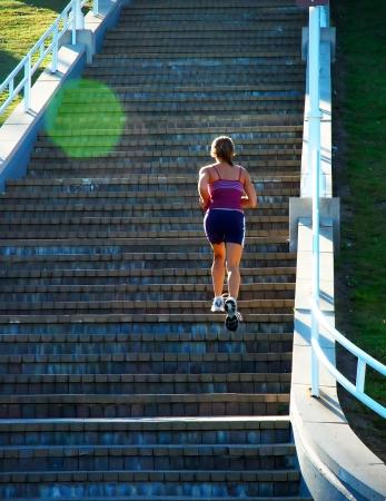 登る: 階段クライミング フィットネス女性