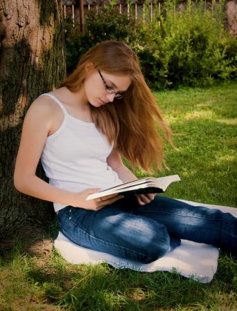 Fille livre Lecture de la Bible en extérieur Banque d'images - 16010996