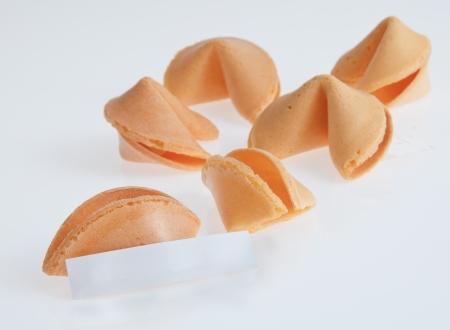 Witte tafel met fortune cookies en boodschap