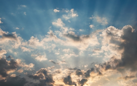 太陽の光線が雲の後ろから晴れやかな
