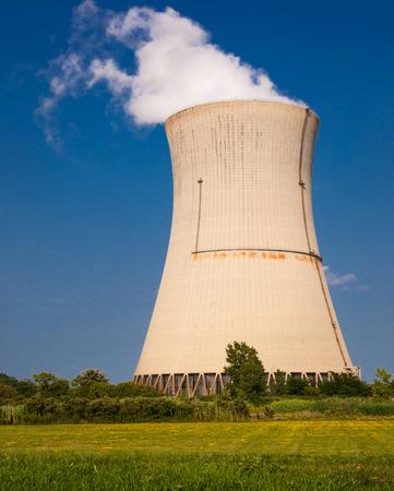 warm water: Stoom uit de koeling warm water lopen in de reactorkern