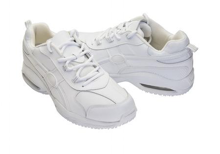 흰색 컷 아웃에 흰색 운동화