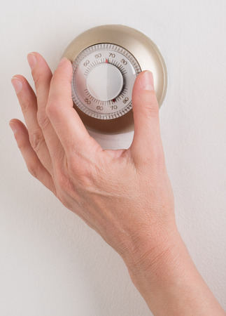 部屋壁温度サーモスタットは、設定ダイヤルを回してください。