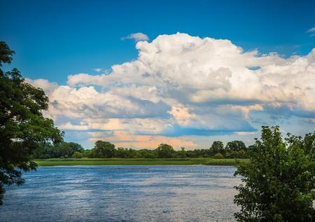 夏天湖上空の雲 写真素材
