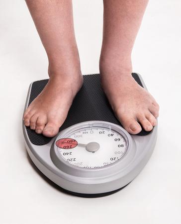 Comprobación de los resultados de la dieta y el ejercicio a escala Foto de archivo - 80917398