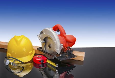 建設ギア労働者のパワーソーと安全ツール