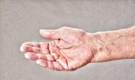 Grungy Hand greift nach Geldhilfe