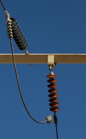 덴버시에 고전압을 공급하는 고압 점퍼가있는 절연체 및 점퍼