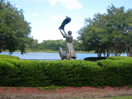 River Street, Savannah, GA Waving Girl statue with collie dog Stok Fotoğraf