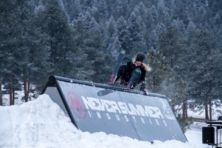 Female Extreme skier rides the wall at the Rail Jam during the 2013 Winter Festival at Evergreen Lake, Colorado Редакционное