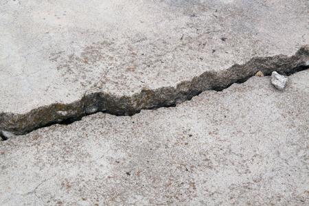 concrete: fundación acera de cemento hormigón fisurado Foto de archivo