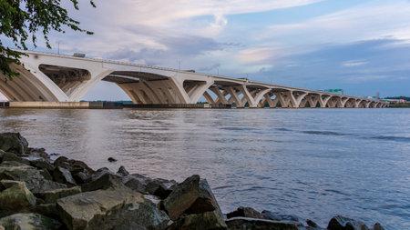 The Woodrow Wilson Memorial Bridge spans the Potomac River between Alexandria, Virginia, and the state of Maryland. Redakční