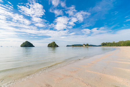 Nopparat Thara Beach Ao Nang - Mu Ko Phi Phi National Park headquarters. At low tide, walk out together with millions of small crabs on the sandy pathways to the small islands near the beach. Banque d'images