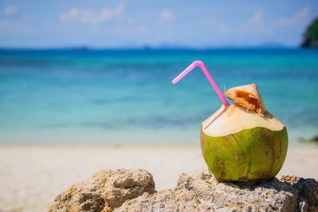 熱帯のビーチでココナッツ水ドリンク