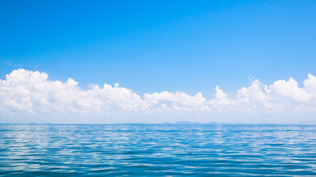 blue sea and clouds on sky (soft focus for background) 免版税图像