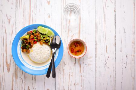 santa cena: Arroz comida tailandesa y albahaca. Comida tailandesa, carne de cerdo picada, camarones, huevos fritos con pimienta de chile y la vista basil.Top dulce con copia espacio en el área derecha. Foto de archivo