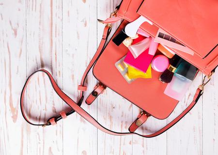 Vrouwen tas met cosmetica met medicijnen condooms. Stockfoto