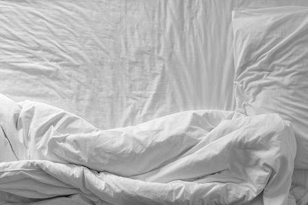 cama: Vista superior de las hojas de cama y almohada f