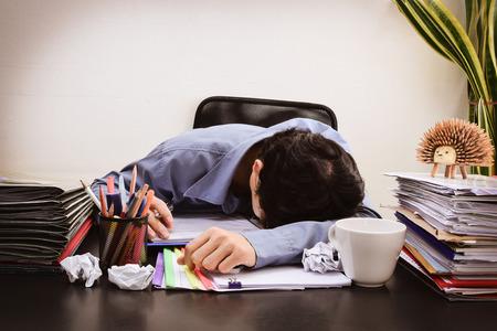 금융 시트 계산기와 커피와 함께 사무실 책상에서 잠 들어 사업가입니다. (과로에 대한 개념) (다크 빈티지 톤) 스톡 콘텐츠