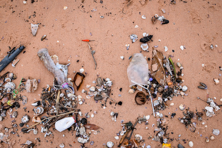 Beach pollution. Garbage on the beach Banque d'images