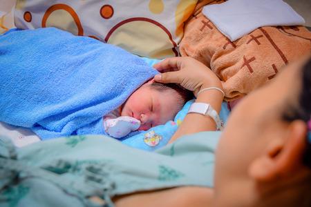 nacimiento: Recién Nacido y madre en el hospital después de dar a luz (centrado en el recién nacido)