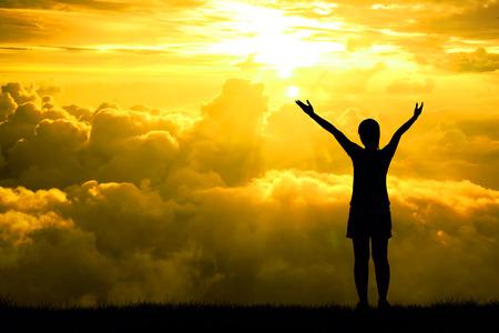 석양 빛의 효과에 희망의 하늘을 향해 제기 스포츠 여성의 실루엣 팔을 벌려, 개념 삶의 업적과 성공에 대한
