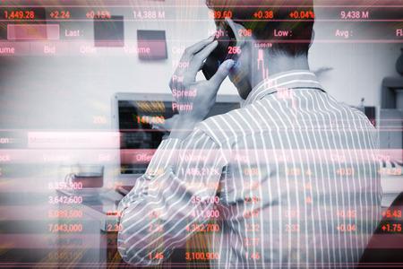 사업가 분석 홈 오피스에서 labtop에 주식 시장, 주식 시장 투자 온라인