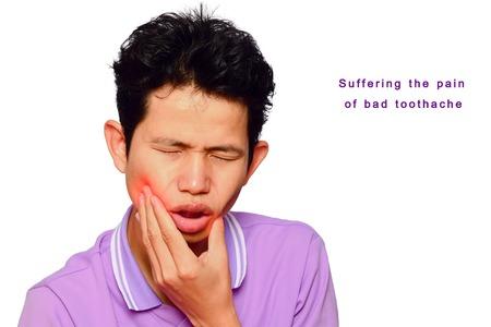 dolor de muela: el hombre tiene dolor de muelas y la boca de la �lcera en el fondo blanco, los s�ntomas de dolor de muelas suele implicar alg�n tipo de molestia o dolor en las mand�bulas o las enc�as