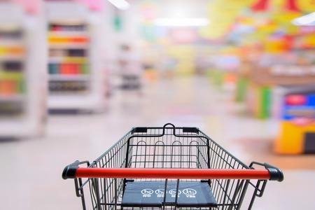 スーパー マーケットの買い物カゴ。市場背景のショッピングの買い物車に赤ちゃん安全記号 写真素材