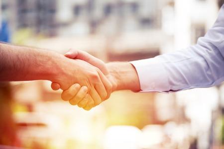 성공적인 비즈니스 사람들이 핸드 쉐이킹 거래, 비즈니스 팀 파트너 관계 개념을 닫기