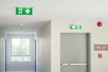 Feuerwehrschild mit Licht auf dem Weg im Hotel oder Büro Standard-Bild