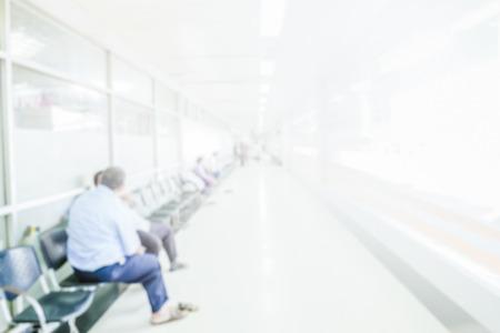 Abstracte wazig mensen wachten in gang ziekenhuis interieur achtergrond met intreepupil effect. Stockfoto