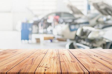 Mesa de madera en el centro de servicios de reparación de automóviles borrosa.