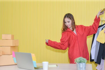 online marketing,Asian woman Use Live Video streaming to Generate Leads and Sell on Social Media. viewers into marketing and sales funnel most sales,video sells products online better than images. 版權商用圖片
