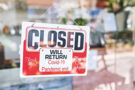 Red Closed sign on door entrance cafe restaurant or business office store is closed due to the effect of Coronavirus COVID-19 pandemic 版權商用圖片