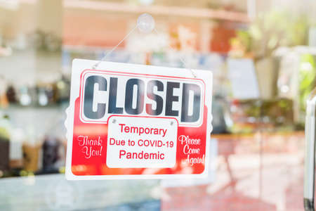 Closed sign on door entrance cafe restaurant or business office store is Temporarily closed due to Coronavirus COVID-19 until the situation improves Banque d'images
