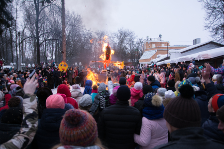 Yoshkar-Ola, Russia - February 18, 2018 Maslenitsa fest. Burning Maslenitsa Lady and crowd people Imagens - 124658256