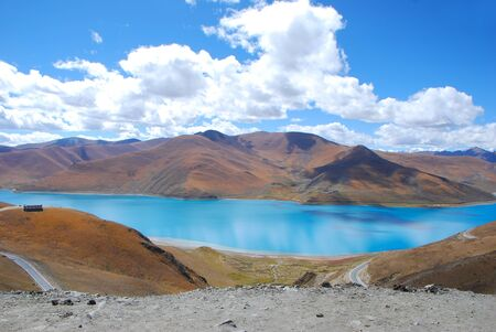 Beautiful Yamdrok Lake surrounded by mountains in Tibet Stock Photo