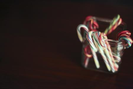 zuurstokken in een glazen pot met donkere achtergrond Stockfoto